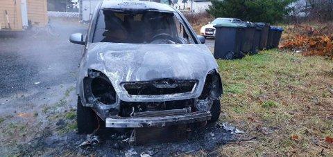 UTBRENT: Bilen er utbrent. Brannvesenet og politiet rykket ut til bilbrannen i  Hunndalen.