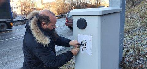– IKKE GREIT: Per Erik Haslem fra Raufoss er for ytringsfrihet, men mener det finnes en grense. Her fjerner han en Muhammed-karikatur som var klistret opp ved riksveg 4 i Gjøvik.