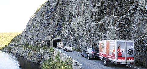 BOMFRITT: Når denne smale og farlige strekningen blir borte, slipper bilistene å betale bompenger. FOTO: INGVAR SKATTEBU