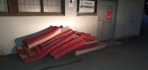 IKKE GREIT: Korpset har sett seg leie på at slike ting blir slengt utenfor deres butikk i Hunndalen.