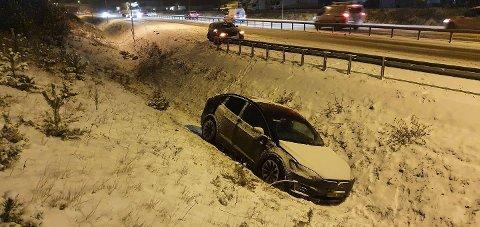 KJØRTE UT: Flere biler var involvert i kjedekollisjonen på E6 mandag ettermiddag. En av bilene havnet i grøfta.