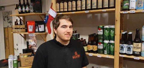 SUKSESS: Dag Adrian Elton Myhre kan fortelle om svært mange ølinteresserte kunder på sprettopp-butikken til Gulating på CC Gjøvik.