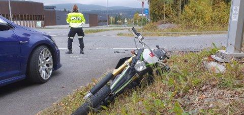 PÅKJØRT: Politiet har en formening om hvem som brøt vikeplikten da en personbil og moped kolliderte onsdag morgen. Bilen som synes på bildet var ikke involvert i hendelsen.