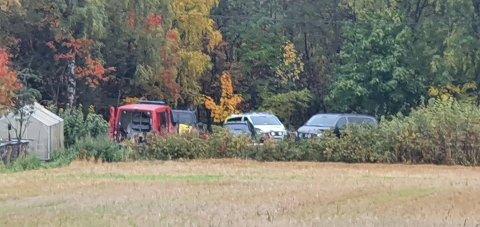 PÅ STEDET: Politi og brannvesenet fra Østre Toten jobber med å få ut en død person fra ei elv sør for Lena.