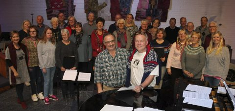 Klare: Organist Tom Georg Rødland ( t.h) og dirigent Jens Peter Mikkelsen, og hele Larvik kammerkor, ser frem til festgudstjeneste i Nanset kirke på søndag. foto: Privat