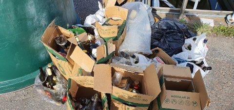 IKKE PENT: Mye glass- og metallavfall blir bare satt ved siden av containeren når den er full. Dette bildet er tatt torsdag formiddag.