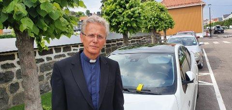OVERRASKET: Sogneprest i Stavern, Kjell Markset, er opprørt over at de som deltok i en bisettelse i Fredriksvern kirke torsdag, ble bøtelagt av Larvik kommunes trafikkbetjenter.