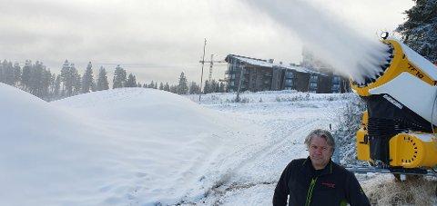 - 60 PROSENT: Ifølge Wegard Matsson, snø- og bakkeansvarlig i Skistar Trysil, kan vel 60 prosent av skianlegget i Trysilfjellet kjøres på kunstsnø. Men han ønsker sej likevel snø til jul. Helst så fort som mulig ...