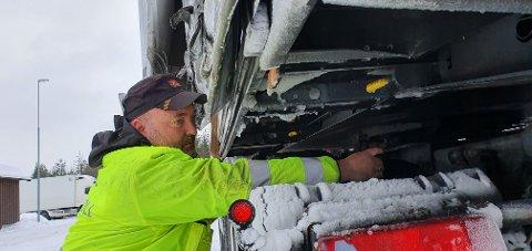 GODKJENT: Kontrolleder Espen Eggen i Statens vegvesen konstaterer at mønsterdybden i dekkene på dette vogntoget kan godkjennes.
