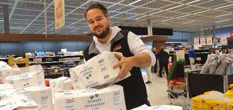 FRUSTRERT: Stian Reiten Johansen, medeier i Långflons Stormarknad AB, her i ferd med å fylle opp butikken etter gjenåpningen 25. juli, er frustrert over at Värmlands län igjen er koronarødt.