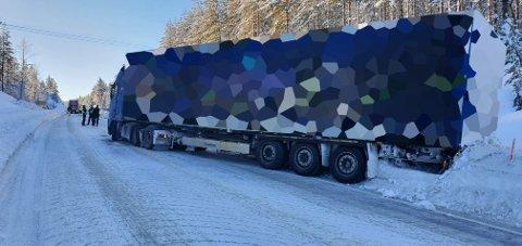 PROBLEMER: Dette vogntoget har problemer på riksveg 25 ved Nybergsund.