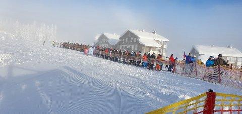 KØ: Det har tidvis vært lange køer foran heisene i Trysilfjellet denne vinteren. Dette bildet er tatt ved Skihytta lørdag.