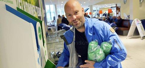 POSER: Geir Benden med nye poser. Foto: Viktor Leeds Høgseth