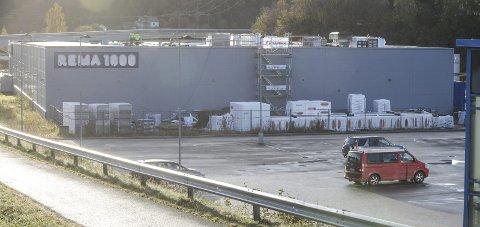 FIKSES: Det legges nå nytt tak til Rema Ranenget, siden det over tid har vært små lekkasjer av vann inn i bygget. Foto: Arne Forbord