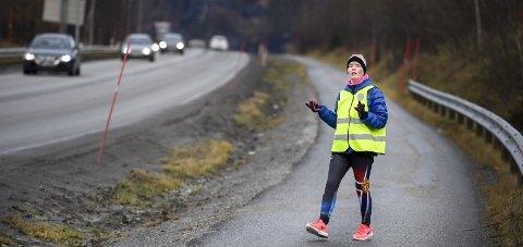 Fast rute: Her på gangveien fra Ytteren til Folkets Hus og tilbake er Hege Lunde å se hver eneste dag – to ganger om dagen. Foto: Øyvind Bratt