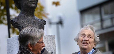 På sokkel: Søster Astrid–Astrid Storhaug–ble 105 år. Her sammen med prosjektleder i Mo i Rana Soroptimistklubb, Astrid Fredriksen, da statuen ble avduket i 2013. Foto: Øyvind Bratt