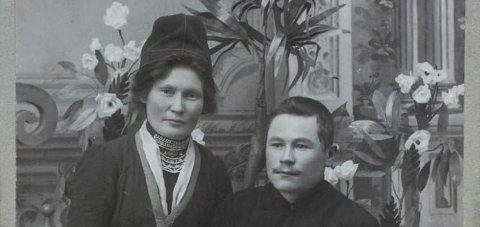 Elsa Laula: Bildet viser Elsa Laula Renberg, trolig med ektemannen Tomas Toven. De giftet seg i 1908, og bildet kan være tatt omtrent da.