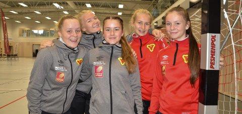 PÅ LANGTUR: B&Y ILs Jenter 16-lag skal til Göteborg i sommer. Fra v: Ine Yttervik, Hannah Høsøien, Elise Åeng Fjelddahl, Emilie Hovd og Marte Sundquist. Foto: Trond Isaksen
