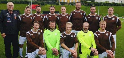 SØLVGUTTER: Her er spillerne samlet sammen med lagleder Sture Rasmussen. Foto: Privat