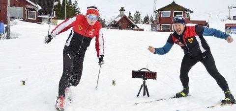 B&Y IL har fått nytt, mobilt tidtakeranlegg som de bruker på trening. Egil Fjellheim klokker Eirik Fjelldahl Hagen over mål.
