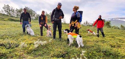 Steinar Høgaas ønsker rekrutteringspartiet velkommen til fjells, og orienterer om hvilke forventninger dommeren har til hundene for at det skal bli premie. Foto: Hege Olsen