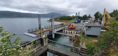 Nye Levang fergekaibru har fått en utfordring: Fergelemmen blir ikke lagt ned ordentlig når det er flo sjø.