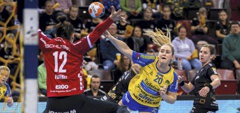 Exit: Mia Solberg Svele scoret seks mål borte mot Bietigheim, men hun og Storhamar røk ut av europacupen. Foto: Eurohandball.com