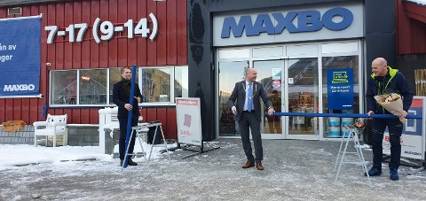 NYÅPNET: Ordfører Bergsland saget over en blå stender og markerte åpningen av nye Maxbo Rjukan. Til venstre Maxbo-sjef Thomas Støkken og til høyre varehussjef Finn Håkensen. (Foto: Maxbo)