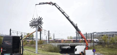 Neon-kunst: Skulpturen «Yes to All» skal snart lyse til glede for Skedsmos befolkning og togpassasjerer.Foto: Vidar Sandnes