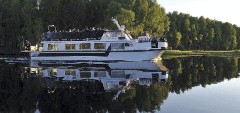 Deltacruise: MS Øyeren ved Kirkeråka i Øyeren-deltaet. Her opplever du Romerike som du neppe har gjort før.                        Foto: Øystein Søbye