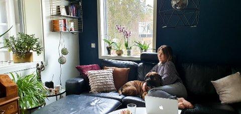 ROLIG: Ylva Karoline Melsom Nordhagen og samboeren Nikola Cvijanovic er begge permittert som følge av koronakrisen. Nå håper de at dette skal gå over fortest mulig. Her er Ylva sammen med hunden Bella.