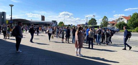 Venter på buss: Her står folk i kø utenfor Lillestrøm stasjon torsdag ettermiddag. Foto: Stine Christensen