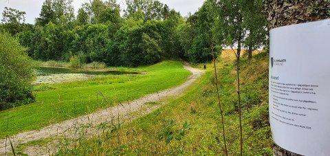 SKILTET: Ullensaker kommune har satt opp skilt for å advare mot bading i tjernet.