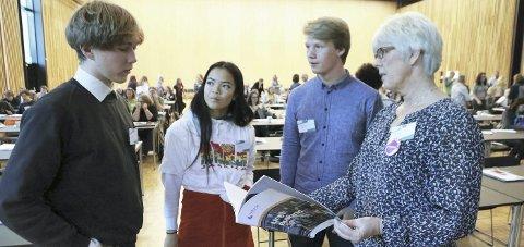 DISKUTERER rapport: F.v.: Jesper Strøm, Ina Finnerud, Torbjørn og leder for folkehelse i fylkeskommunen Randi Haldorsen. Foto: BFK