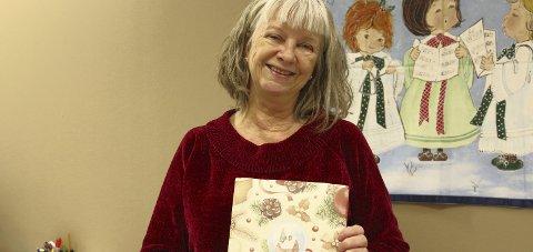 GLAD OG OVERRASKET: Bente Larsen ble både glad og overrasket da hun fikk en konfekteske pent innpakket i RHAs julepapir.