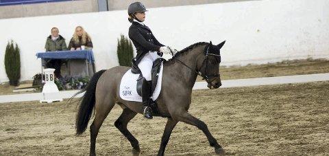 TIL NM: Tone Mette Boye (13) fra Tofte og den norskavlede ponnien Gjerdals Firefly har kvalifisert seg til NM i dressur.Foto: Innsendt