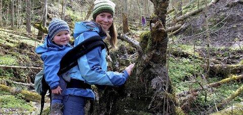 TURLEDER: Kathrine Strøm står bak turgruppa. Neste tur går til Holtnesdalen. Her med sønnen Viljar. FOTO: Ragnar Skjelland