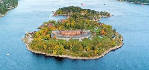 TA EN FERJE: Det går ferje fra Sætre ut til de mange kulturelle aktivitetene som skjer på Oscarsborg i sommer.