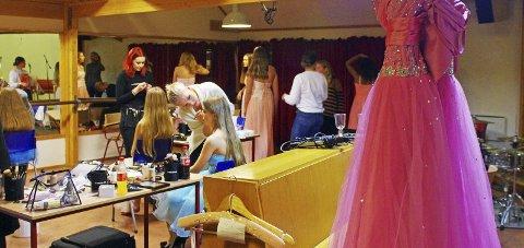 I BALLKJOLENES TEGN: Det var mange flotte kjoler å få kjøpt under fjorårets bruktmarked. ARKIVFoto: Per D. Zaring