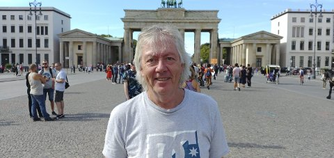 SPILLER UT HANS LIV: Rolf «Mulen» Karlsens liv spilles ut av Brageteaterets skuespillere i Sekkefabrikken. Foto: Innsendt