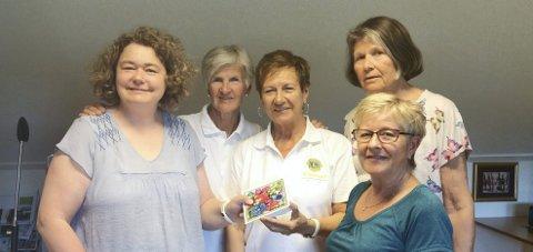 SOMMERGAVE: Britt Inger Øen og Ann Mari Kjærsund i Lions Club Myrahvarf overrakte gave til Solveig, Lillian Viken og Kirsti Dahl.