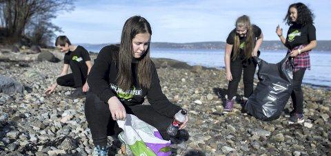NOEN MÅ: - Det er mye plast å finne langs norske strender, og noen må plukke det opp, sier Kaja som er med i årets Oppdrag Havplast.