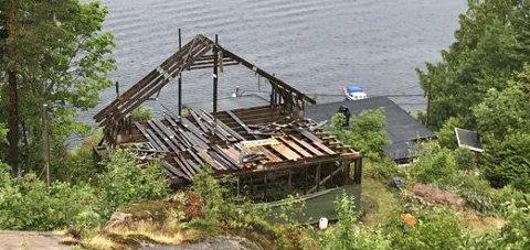 TOPPEN TAS: I løpet av helgen har hytteeieren startet å ta ned toppen på reisverket til hytta som har stått uferdig i mange år.