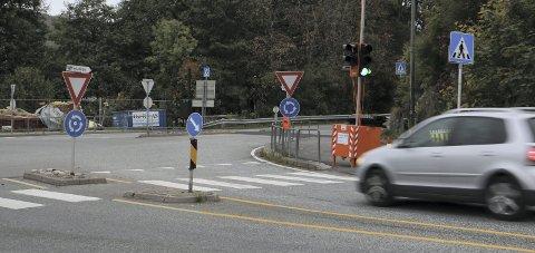FARLIG: Flere bilister mener trafikklysenes plassering skaper farlige situasjoner, og ber kommunen rydde opp.