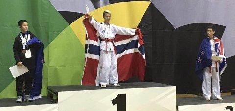 VANT: Oliver Jenstad (midten) er best i verden i Taekwon-Do for øyeblikket. Foto: Røyken NTN Taekwon-Do klubb (FB)