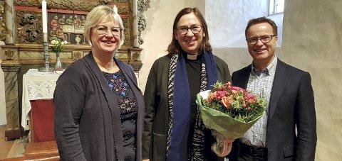 NY: Ordfører Eva Norén Eriksen og leder av Menighetsrådet, Terje Marthinsen, var til stede for å gratulere Ellen Martha Blaasvær.
