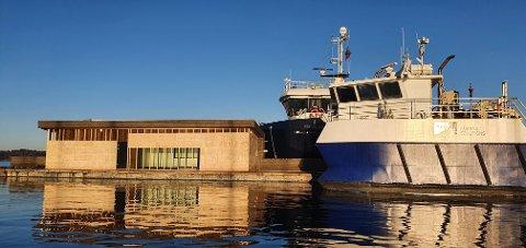 HAVNEKONTOR: Den første delen av flyteanlegget og  havnekontoret  er på plass ytterst ved bryggeanlegget i Vollen.