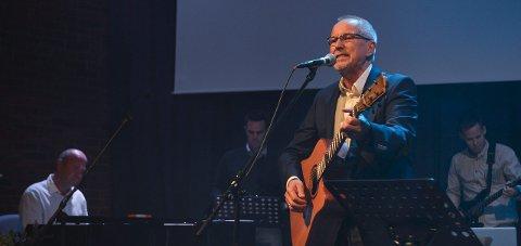 Visesang: Artisten Hans Inge Fagervik var den første til å entre scenen under veldedighetskonserten.     Foto: Atle Møller