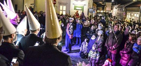 Julegata: Sang og ablegøyer med Hvalkjæften var blant innslagene i Bjerggata søndag ettermiddag og kveld. Foto: Paal Even Nygaard