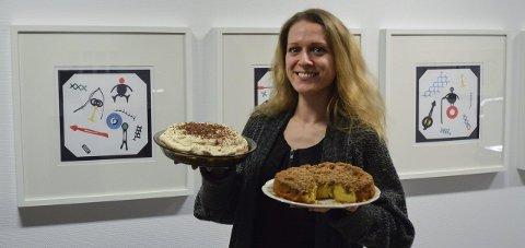 Bursdag: Kunstner Kari Prestgaard (29) inviterte til drop-in-feiring og fristet med morens hjemmebakte kaker. Foto: Hanne b. Olsen